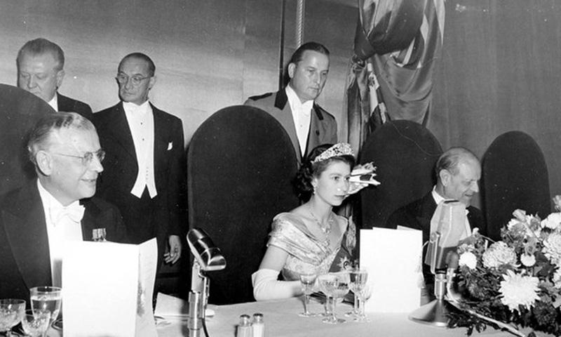 La reina Isabel II de Inglaterra o cómo dar 42 vueltas al mundo en 90 años