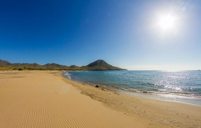 Los 12 rincones m s bonitos de la costa de almer a donde - Toldos para la playa ...