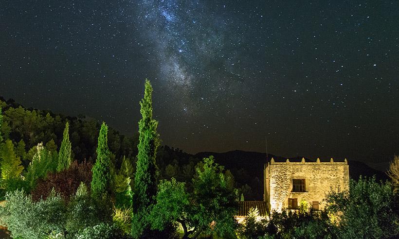 Estrellas en el cielo y en la mesa en la toscana de Teruel