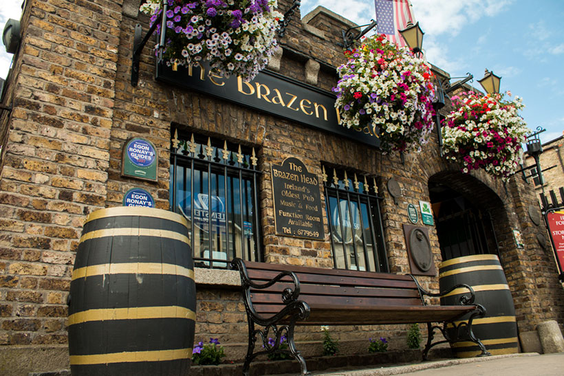 the-brazen-head-Front-Entrance-with-Barrells
