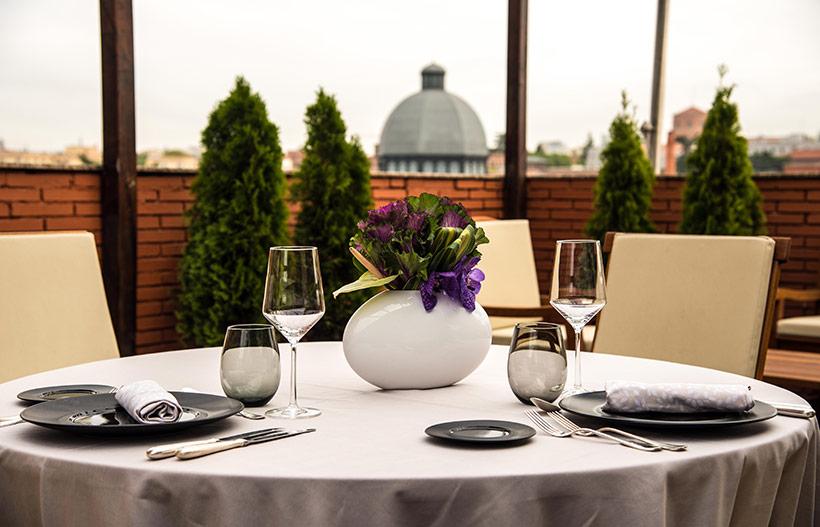 Para una reunión con tus amigos, nada más exclusivo que la terraza de una suite