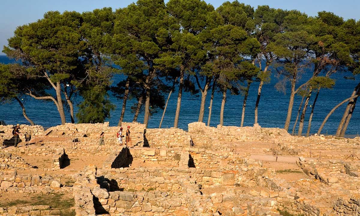 Un paseo entre pinos y ruinas grecorromanas al borde del Mediterráneo