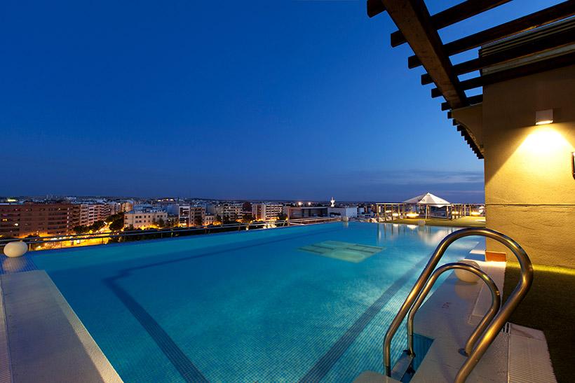 Diez ba os celestiales piscinas en azoteas de hoteles for Hotel con piscina en cordoba