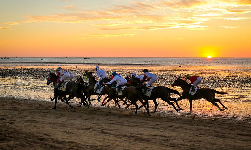 Verano en Sanlúcar de Barrameda entre palacios, terracitas y carreras de caballos por la playa