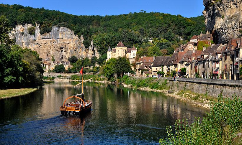 Un paseo en barca por La Roque-Gageac, para muchos el pueblo más bonito de Francia