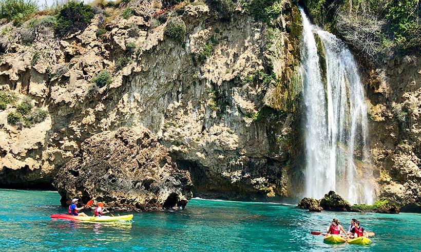 En kayak por calas de ensueño junto a Nerja