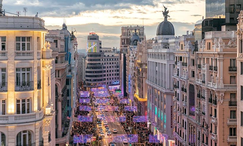 Es hora de (re)descubrir Gran Vía, la calle madrileña siempre a la última