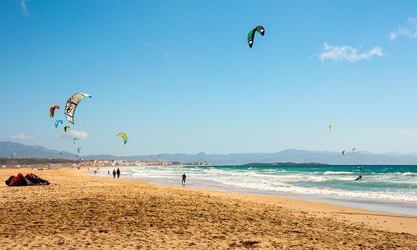Playa de Los Lances, viento, adrenalina y plató de Masterchef