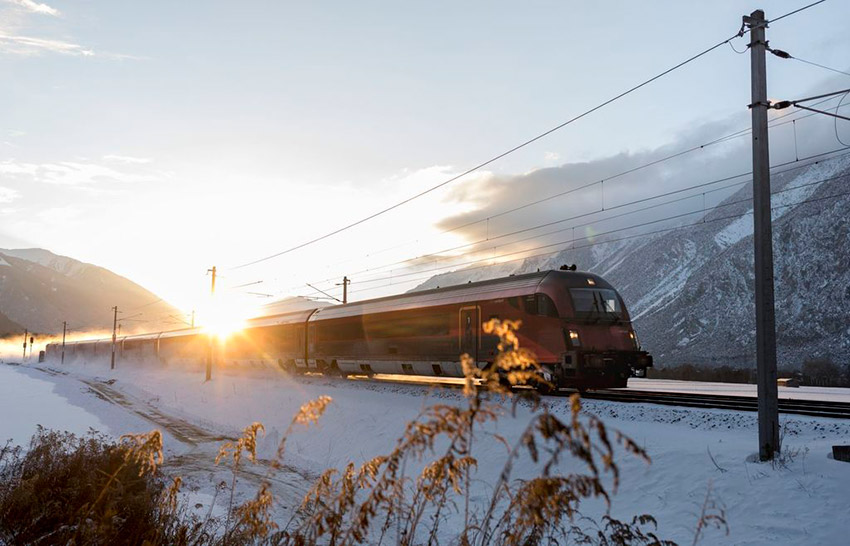 OeBB-Railjet-in-Tiroler-Winterlandschaft