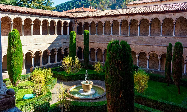 Un paseo tranquilo por los claustros más bonitos de España