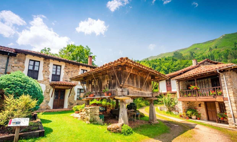 Espinaredo, el «pueblín» con más hórreos de Asturias