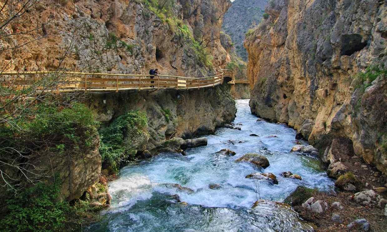 Un camino de pasarelas sobre las aguas en Granada