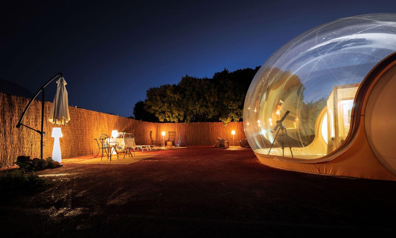 Noche de estrellas durmiendo en una burbuja