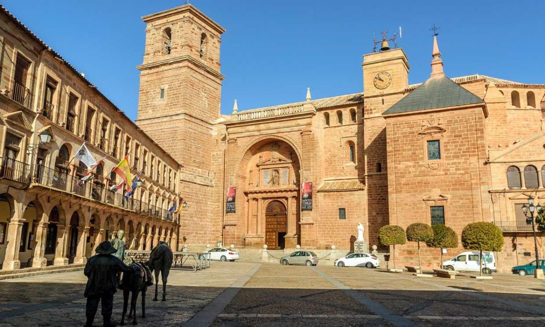Villanueva de los Infantes, el pueblo manchego de las casonas con escudo