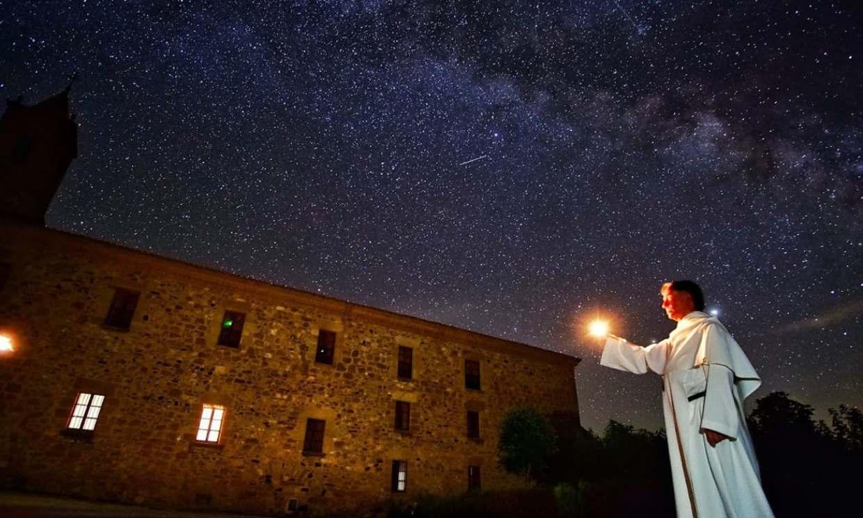 El fraile que enseña las estrellas en el monasterio del Olivar