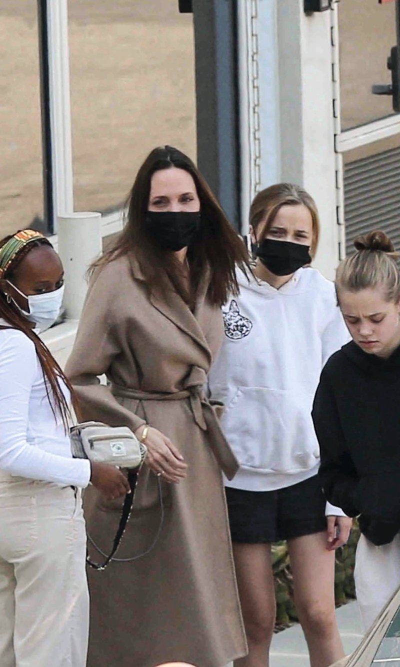 Hello 4022 Angelina Jolie with her daughters
