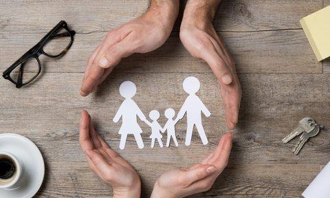 Silueta de papel de una familia
