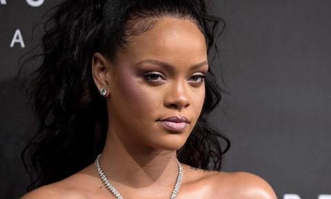 Rihanna con collar de diamantes