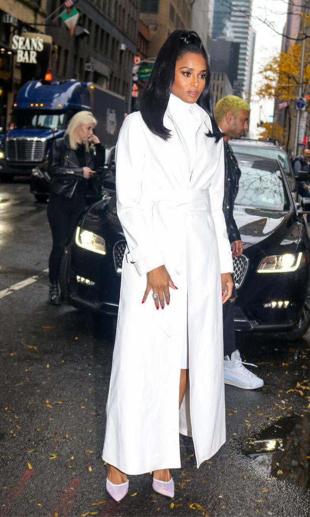 Ciara con white long coat, vestido y pumps