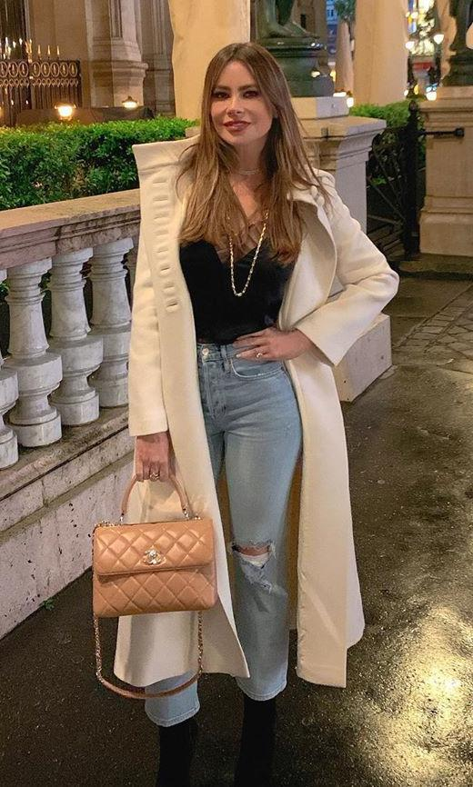Sofia Vergara con white long coat, cropped jeans y top negro