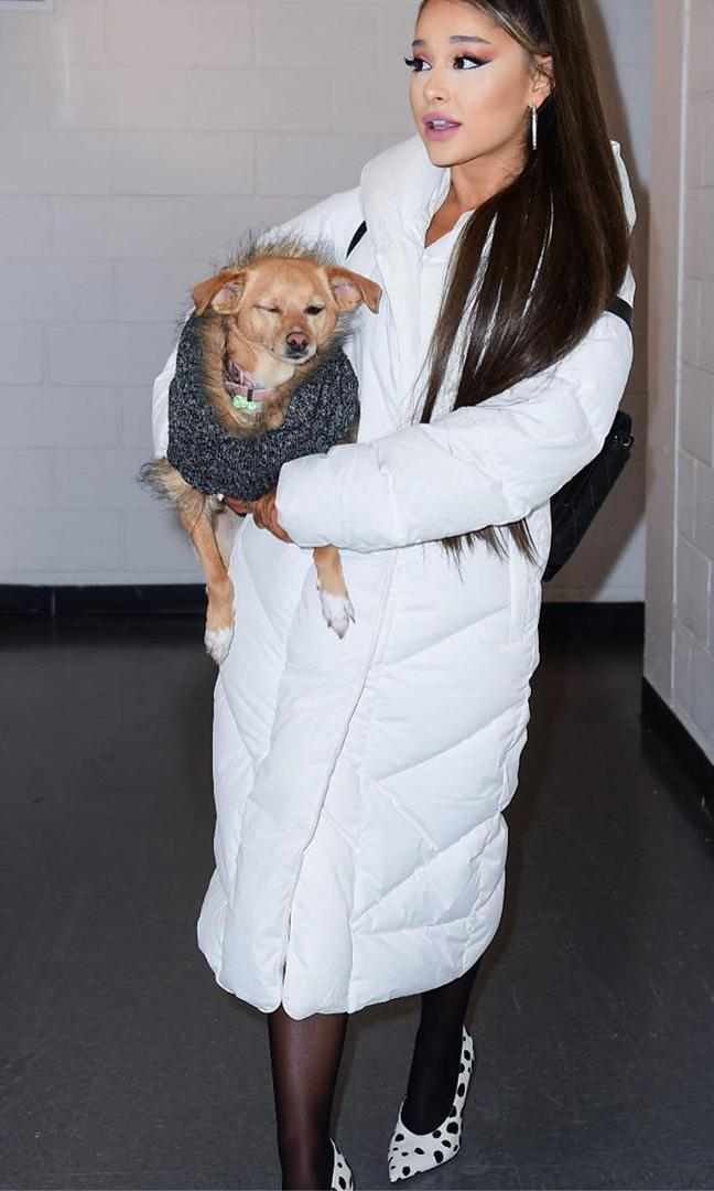 Ariana Grande con long goose-down puffer The Duvet de Wilfred y pumps con estampado de dálmata