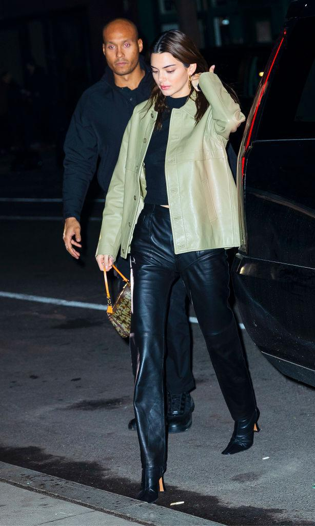 Kendall Jenner con leather pants, letaher jacket, square toe boots y bolso de Louis Vuitton
