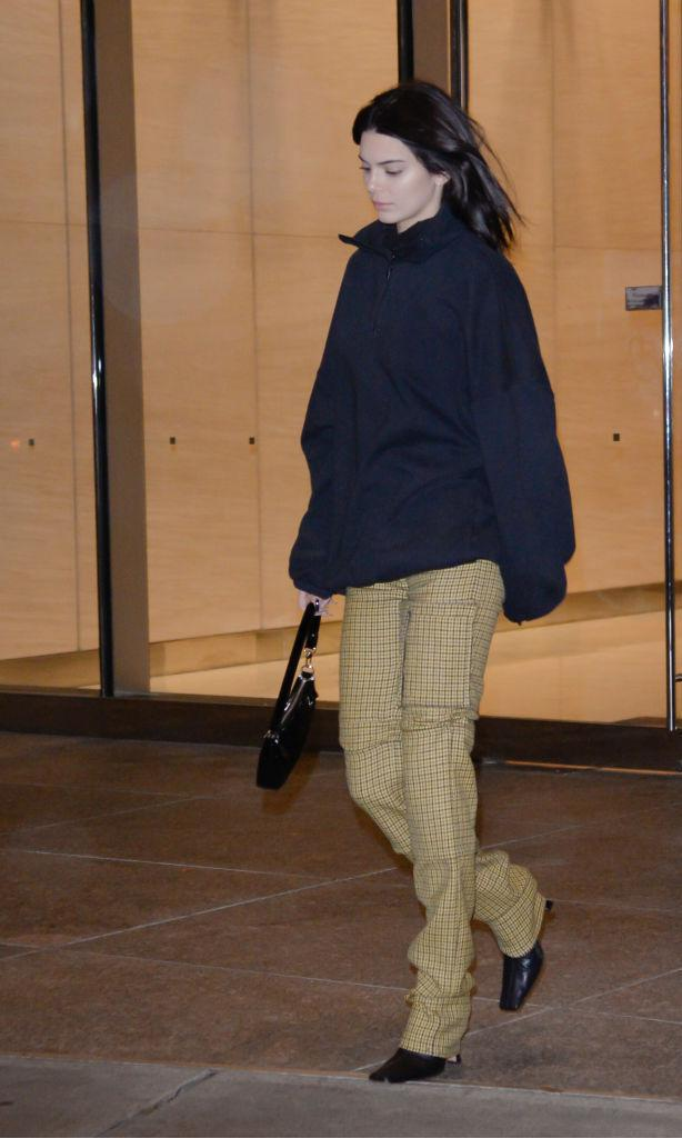 Kendall Jenner con print pants, square toe boots y hoodie