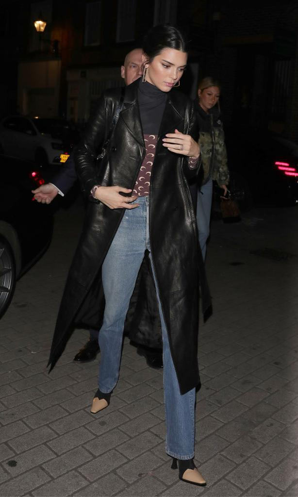 Kendall Jenner con long leather jacket, jeans y square toe boots