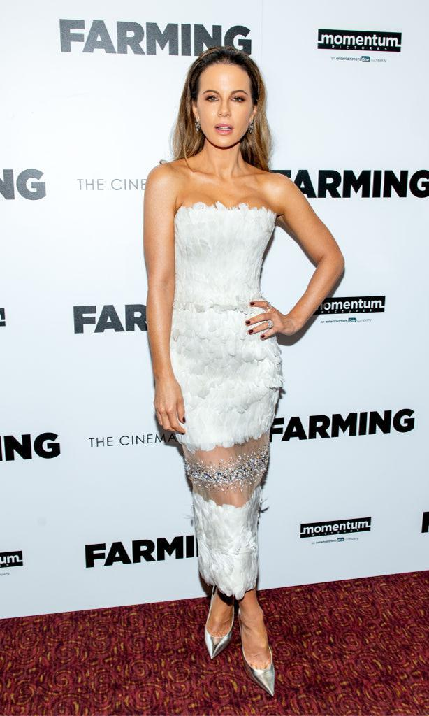 Kate Beckinsale con vestido strapless blanco de plumas, brillantes y transparencias