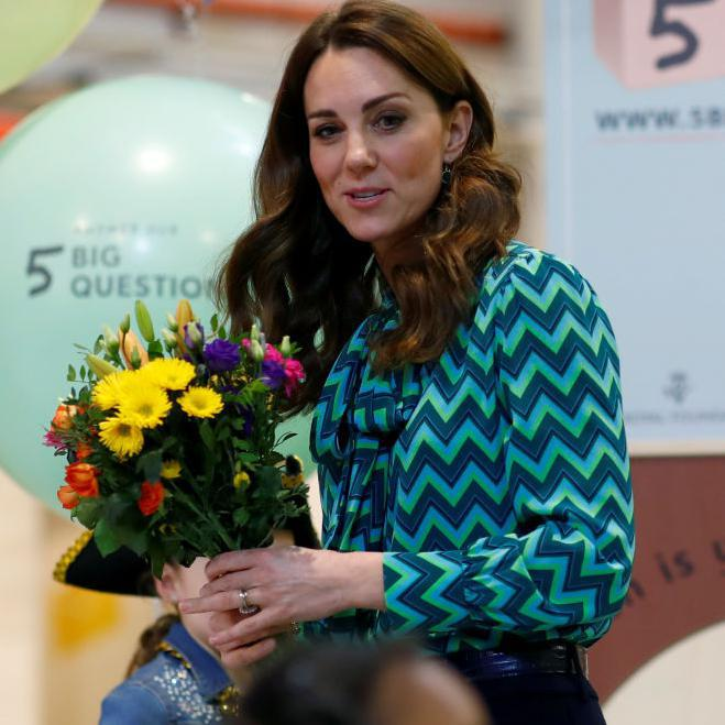 Kate Middleton con blusa de estampado chevron color teal