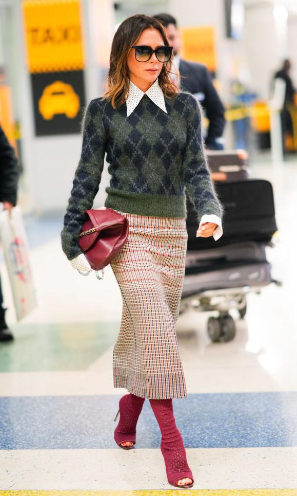 Victoria Beckham con shopper bag de su firma en color rojo