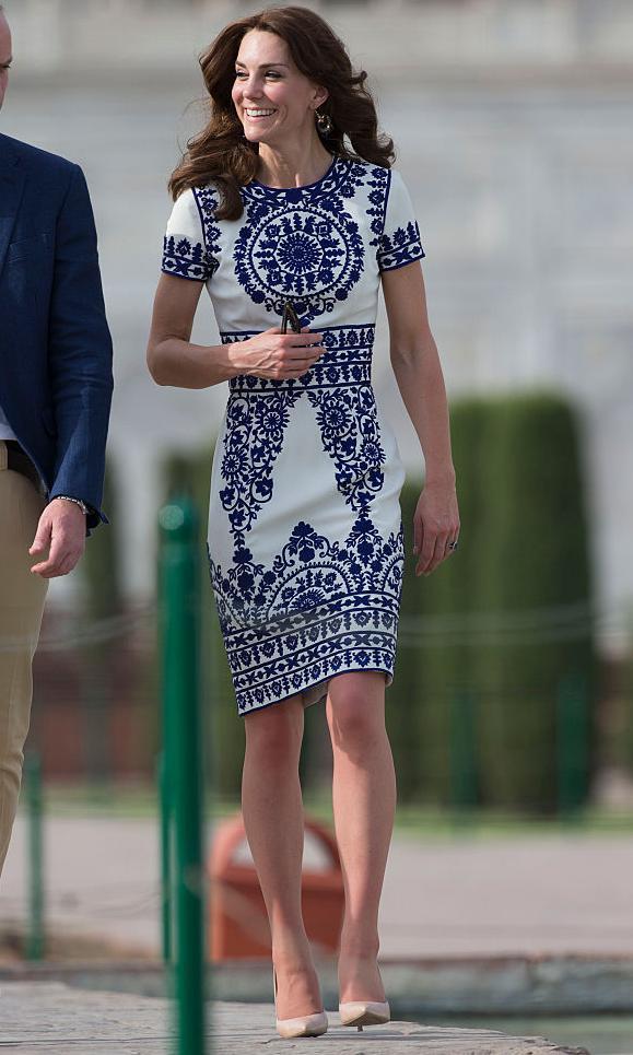 Kate Middleton dans une robe blanche avec broderie bleue