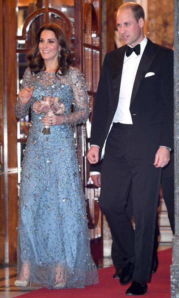 Kate Middleton dans une robe à paillettes bleu clair