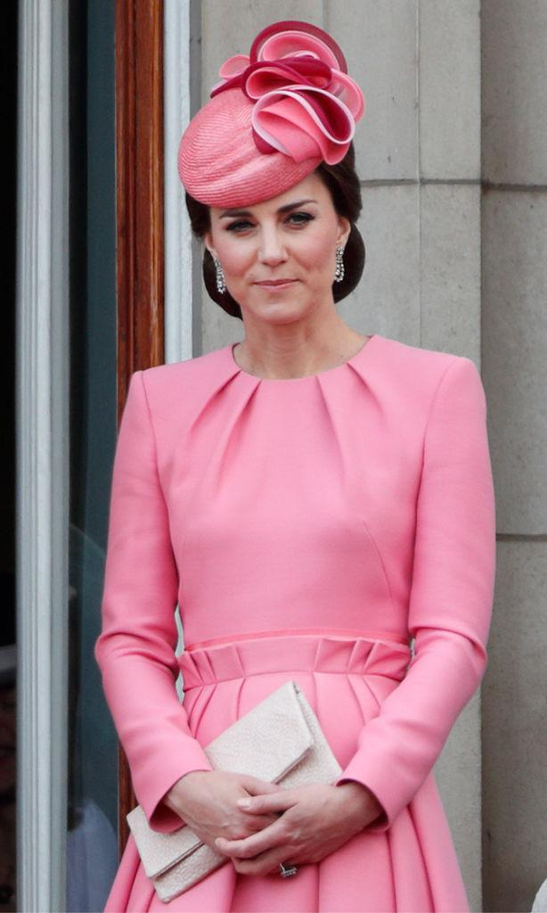 Kate Middleton portant une robe manteau rose et une fascinatrice