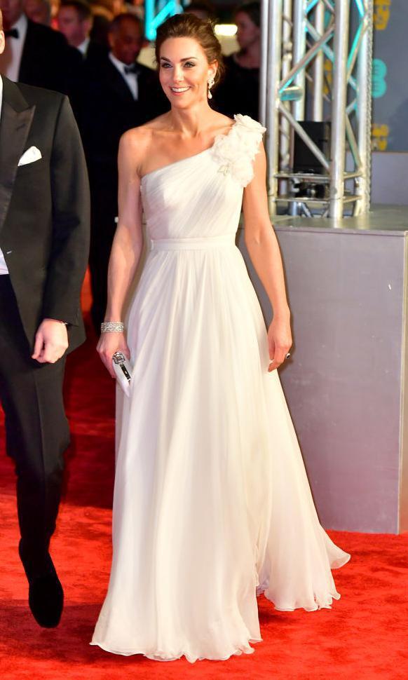 Kate Middleton dans une robe blanche avec un décolleté asymétrique