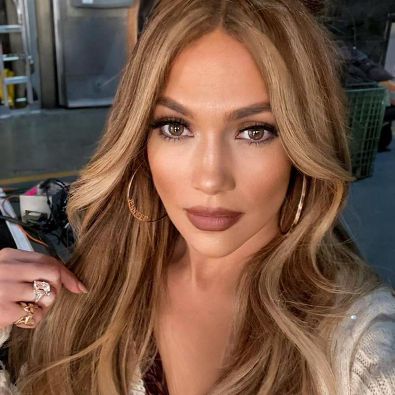Jennifer Lopez showing off chunky highlights with her hair down