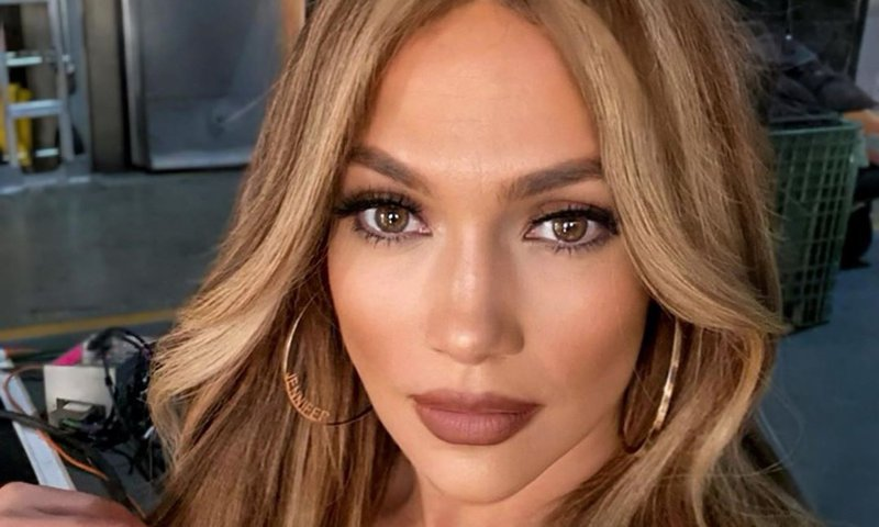 JLo brings back 90s chunky blonde highlights for 2020
