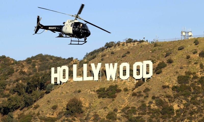 Un helicóptero de la Policía de Los Ángeles busca en Bronson Canyon en Griffith Park, donde se encuentran los investigadores.