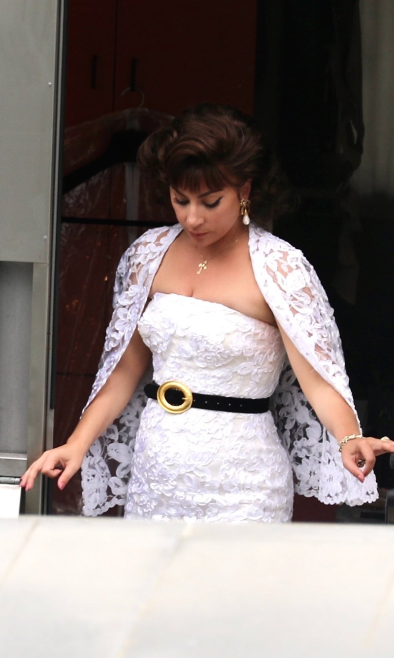 Lady Gaga luce hermosa con un vestido midi de encaje blanco en el set de House Of Gucci