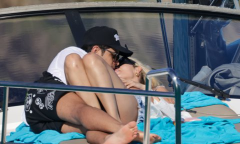 Danna Paola y Álex Hoyer felices en Ibiza de vacaciones