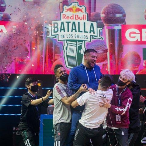 Stick celebra después de ganar la Final Nacional Red Bull Batalla de los Gallos en Lima, Perú, el 7 de noviembre de 2020.